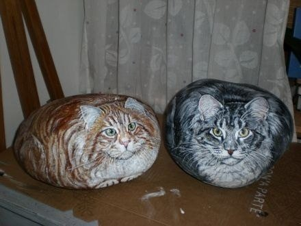 Кошки и собаки, нарисованные на камнях