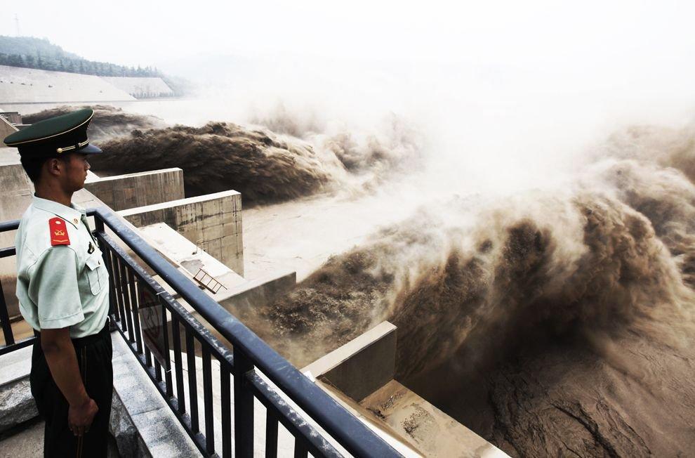 Зрелищные сбросы воды из водохранилища на реке Хуанхэ (14 фото)