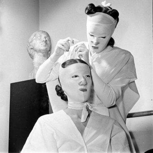 Салонные процедуры красоты в начале прошлого века (15 фото)