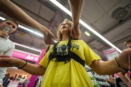 Безнаказанное ограбление супермаркета электроники за 50 секунд (17 фото + 2 видео)