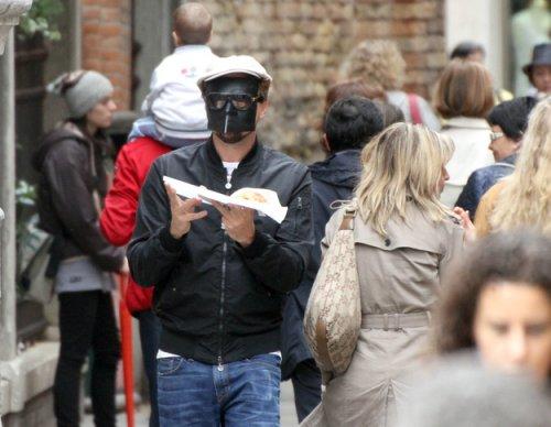 Мастер-класс от Лео Ди Каприо как прятать лицо от папарацци (18 фото)