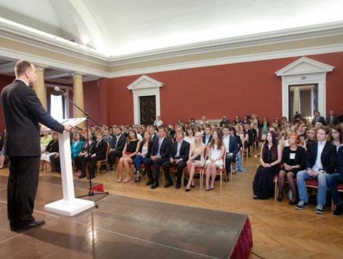Смелый наряд выпускницы на встрече с мэром города (6 фото)