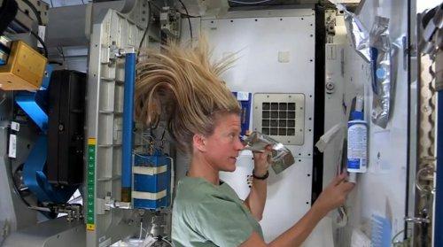 Как моют волосы в условиях невесомости женщины-космонавты