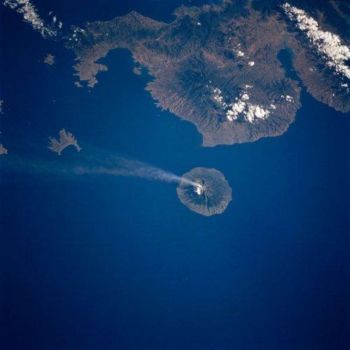 Снимки вулканов во время извержения, сделанные из космоса (15 фото)