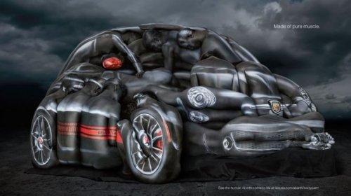 Автомобиль Фиат Абарт в натуральную величину из разукрашенных акробатов