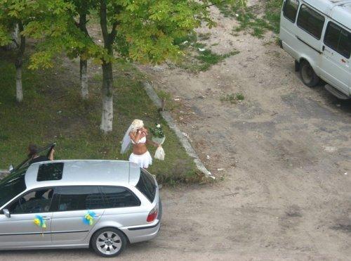 Необычно одетые жених и невеста (2 фото)
