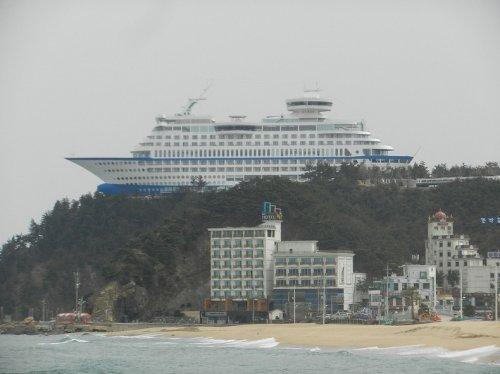 Круизное судно на холме, являющееся гостиницей (6 фото)
