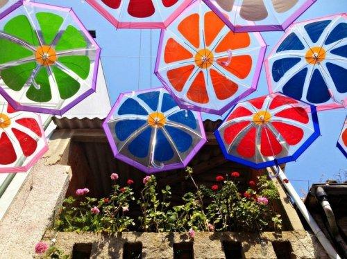 Парящие зонты на улицах Португалии (8 фото)