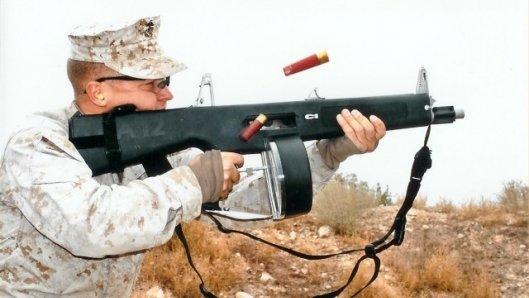 АА-12 - это дробовик, но не обычный: это полностью автоматическое ружьё.  Для тех, кто не понял - это оружие делает...