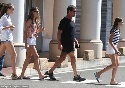 Грозный папаша Сильвестр Сталлоне с дочерьми на прогулке (8 фото)