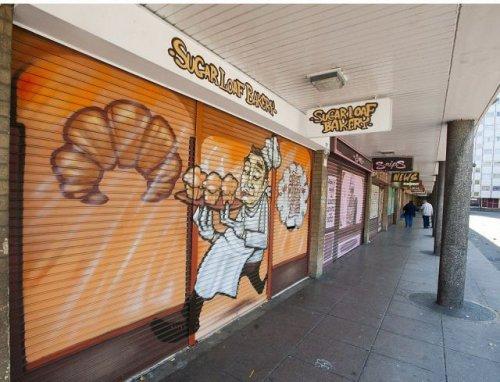 Витрины магазинов, нарисованные вдоль дороги (16 фото)