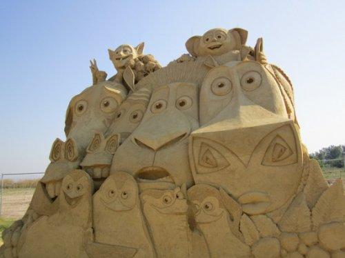 Прикольные скульптуры из песка (13 фото)