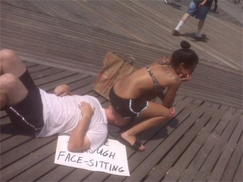 Сидение на лице во имя мира (16 фото)