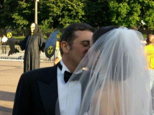 Прикольные свадебные фотобомбы (35 фото)