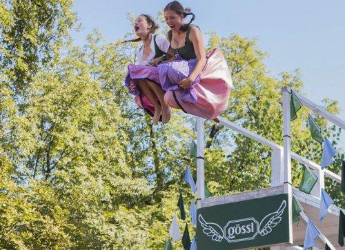 На чемпионате в Зальцбурге по прыжкам в воду в национальных костюмах (28 фото)