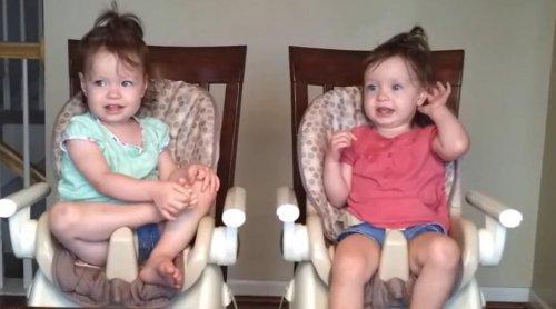 Малышки-близняшки танцуют под гитару год спустя