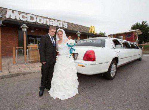 Свадебное фастфуд-торжество (10 фото)