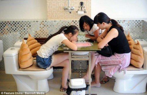 Туалетные кафе становятся популярными в Китае (7 фото)
