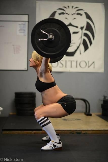 Беременная женщина поднимает тяжести 19