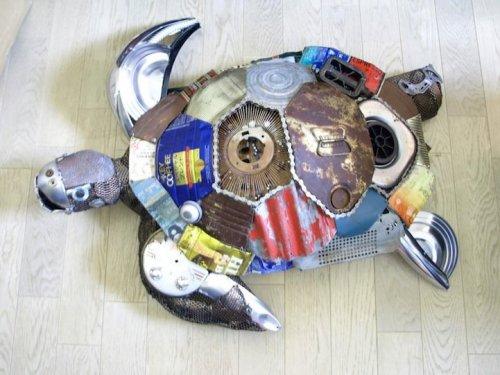 Японский скульптор создаёт фигурки животных из сломанных вещей (10 фото)