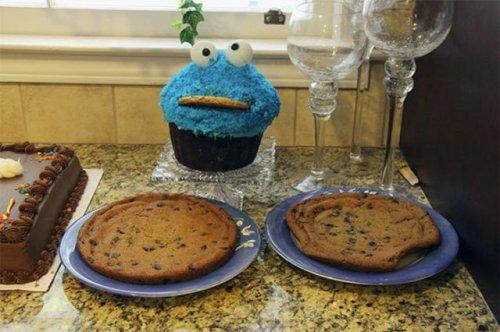 Малышка и праздничный торт (4 фото)