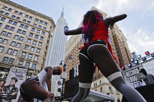 Откровенный танец, попавший в Книгу рекордов Гиннесса (11 фото)