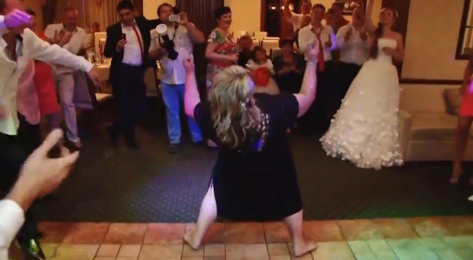 Телка танцует на танцполе видео