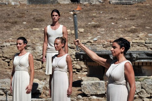 В Греции зажгли Олимпийский огонь (15 фото)