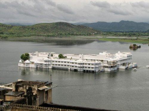 Роскошный дворец, плавающий по озеру Пичола (12 фото)