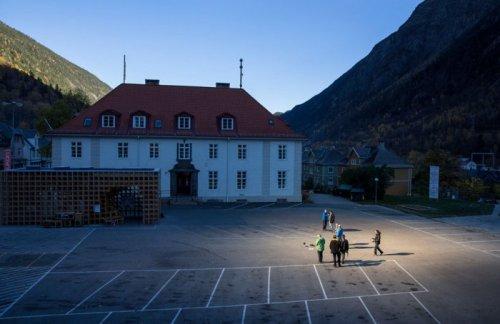 В норвежском городе Рьюкан появилась альтернатива Солнцу (9 фото)