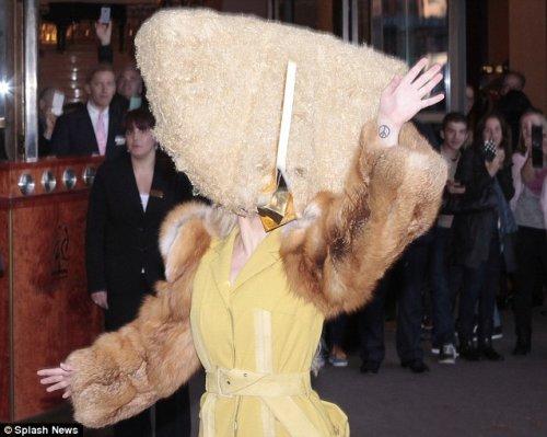 Шок-наряд Леди Гаги на презентации нового альбома в Берлине (8 фото)