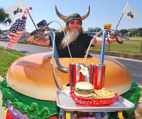 Гамбургер Гарри – самый большой фанат гамбургеров в мире (3 фото + видео)