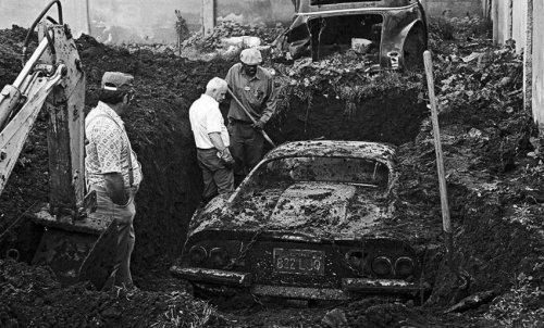 Реальная история, стоящая за закопанным Феррари (8 фото)