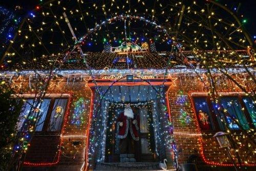 Дом, украшенный 450 тысячами рождественских лампочек (8 фото)