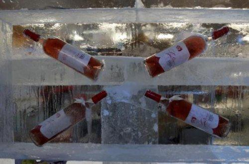 Магазин, полностью построенный изо льда, открылся в Бухаресте (8 фото)