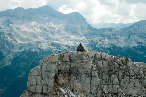 Горный приют имени Луки Вуерича на вершине хребта Юлийских Альп (20 фото)