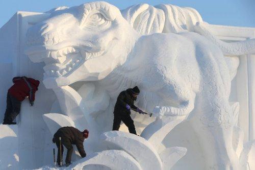 В Харбине готовятся к Международному фестивалю снежных скульптур (8 фото)