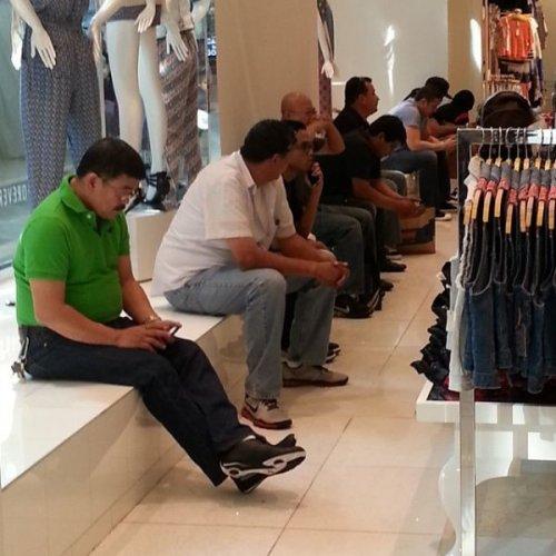 Мужчины, уставшие от шоппинга (39 фото)