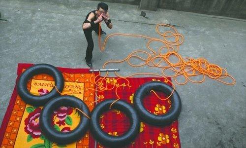 Человек-воздушный насос надувает автомобильные шины своим носом (3 фото)