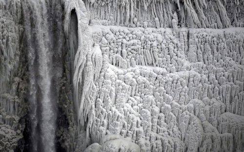 Аномальные морозы превратили Ниагару в огромную сосульку (8 фото)