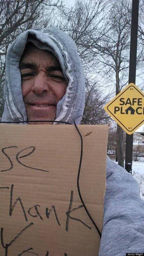 Бизнесмен из штата Айова притворяется бездомным и награждает щедрых прохожих (2 фото)