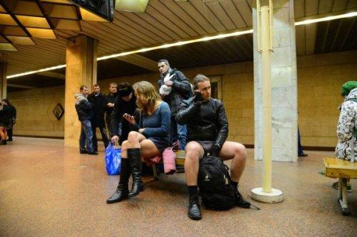 В Киеве прошёл весёлый флешмоб Прокатись в метро без штанов (21 фото + видео)