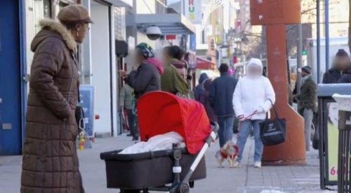 Бесхозная коляска с младенцем на улицах Нью-Йорка