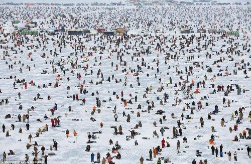 На американском озере Галл стартует крупнейший ледовый турнир по рыбной ловле (8 фото)