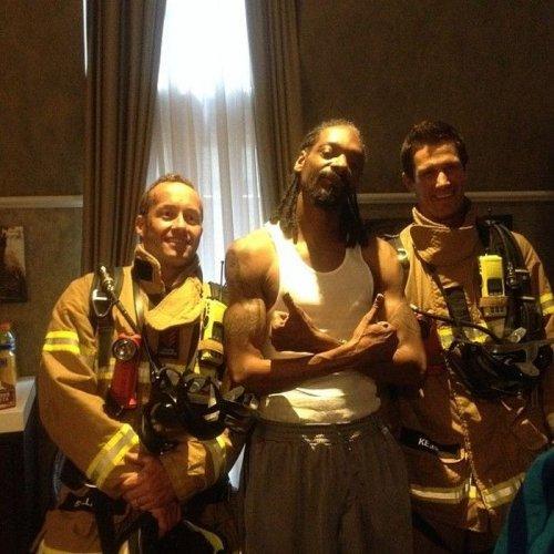 Снуп Догг и пожарные, ворвавшиеся в его номер (6 фото)