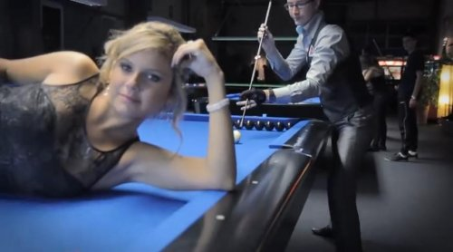 Невероятные бильярдные трюки с сексуальной блондинкой