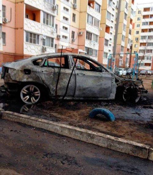 В Астрахани в одном из дворов полностью сгорел BMW X6 (фото + видео)