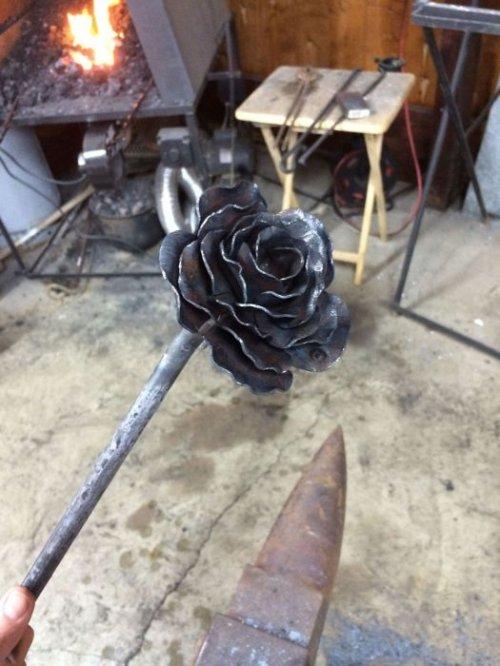 Металлическая роза ко Дню всех влюблённых (14 фото)
