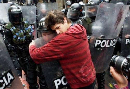 Топ-25 Трогательных фотографий человеческого духа в разгар хаоса, которые наполнят ваше сердце желанием мира во всём мире