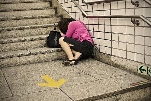 Японцы-трудоголики, спящие прямо на улицах Токио (7 фото)